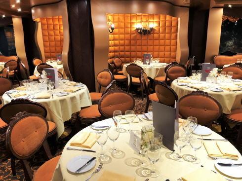 ドレスコードが設定される夕食のレストラン
