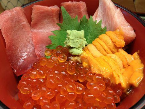 築地市場の人気店・仲家で海鮮丼を味わう!