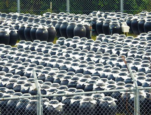 黒酢の壺がズラリと並ぶ、鹿児島・霧島ならではの風景