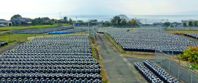 黒酢の壺がズラリと並ぶ、鹿児島・霧島