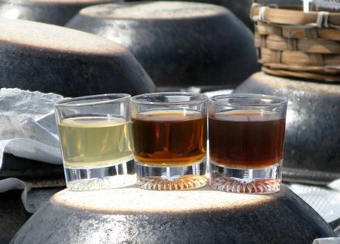 熟成度によって色が変わっていく黒酢