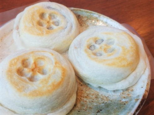 福岡 大宰府の名物 梅ヶ枝餅、その場で焼きたて頬張り町ブラも