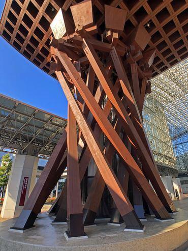 金沢駅の鼓門、柱が鼓の形に