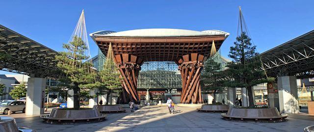 おもてなし感溢れる金沢駅と鼓門!世界で最も美しい駅14選に選ばれた日本唯一の駅