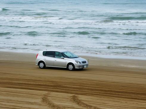 千里浜なぎさドライブウェイ、波打ち際を車で走れる日本で唯一の場所!