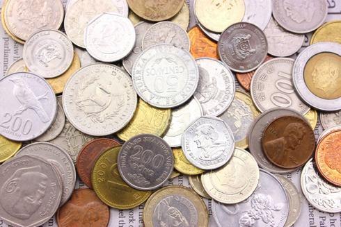 外国人が、異国の硬貨(コイン)をお賽銭箱に入れてしまう