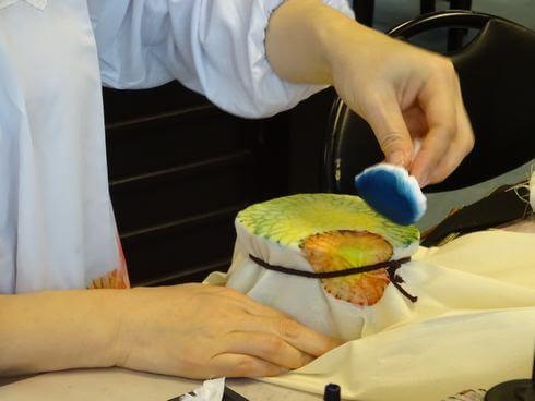 沖縄で「サンゴ染め体験」たんぽで色をこすっていく
