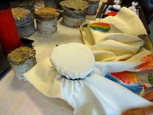 沖縄で「サンゴ染め体験」サンゴの型に布を固定する