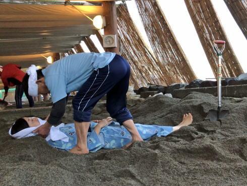 天然の砂むし温泉で砂風呂体験