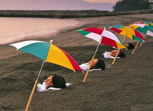 鹿児島 指宿、波打ち際の砂むし温泉