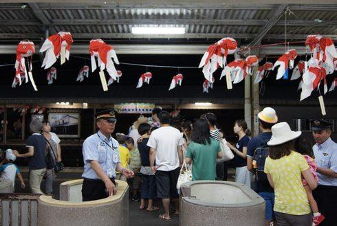 JR柳井駅の構内も、金魚ちょうちんでいっぱい