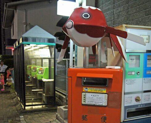 JR柳井駅前のポストにも、金魚ちょうちん