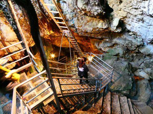 金武鍾乳洞の古酒蔵・龍の蔵、階段で地下へとおりる