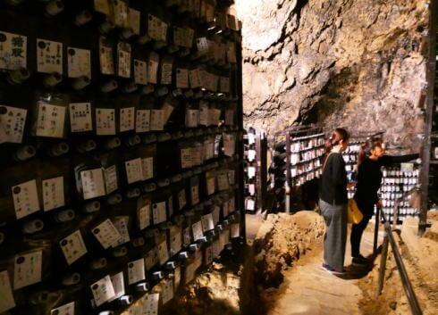 沖縄・泡盛を熟成させている、金武鍾乳洞の古酒蔵・龍の蔵