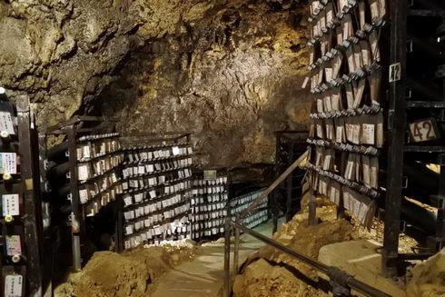 金武鍾乳洞の古酒蔵・龍の蔵、泡盛を貯蔵している様子