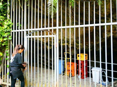 金武鍾乳洞の古酒蔵・龍の蔵、扉の中へ