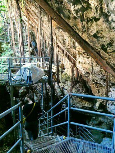 金武鍾乳洞の古酒蔵・龍の蔵の地下へと進んでいく