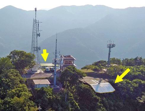 嵩山山頂展望台と、パラグライダーのランチャー台