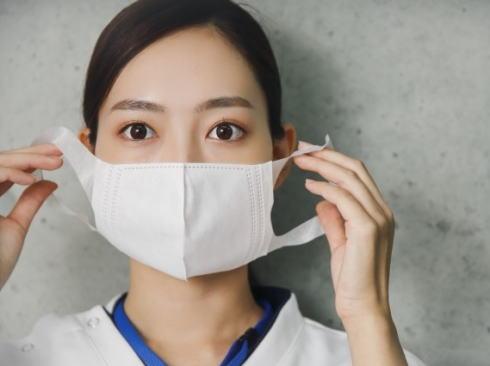 マスクの効果に注目、不織布マスク指定の店・病院も