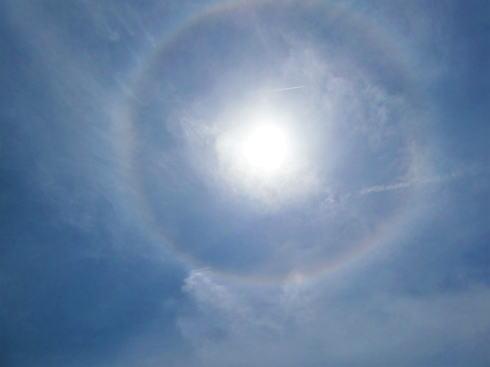 ハロ(太陽に虹色の輪)画像