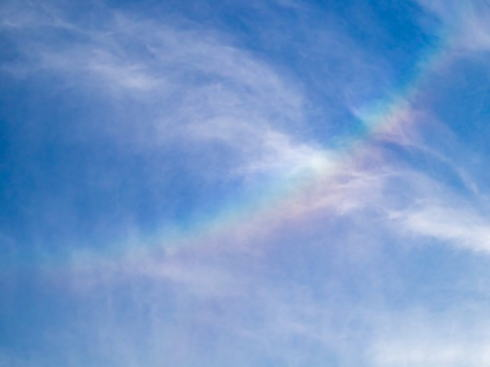 逆さ虹 または 環水平アーク と呼ばれる虹の画像