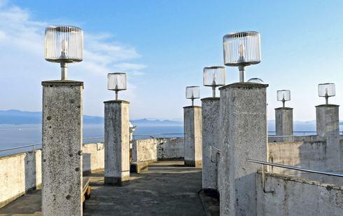 岡村島 ナガタニ展望台、夜に点灯する照明も