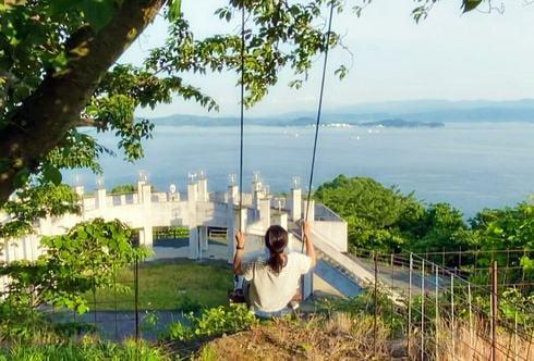 岡村島・ナガタニ展望台の海に飛び出しそうなブランコ